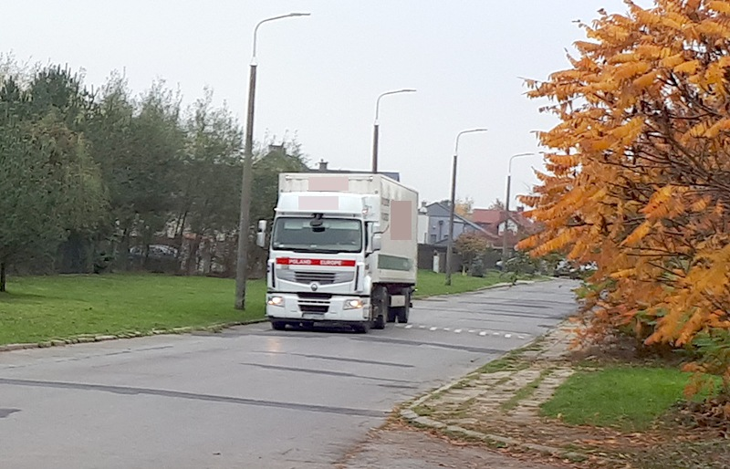 Ciężarówki rozjeżdżają osiedlowe uliczki, a MZDiK nie reaguje