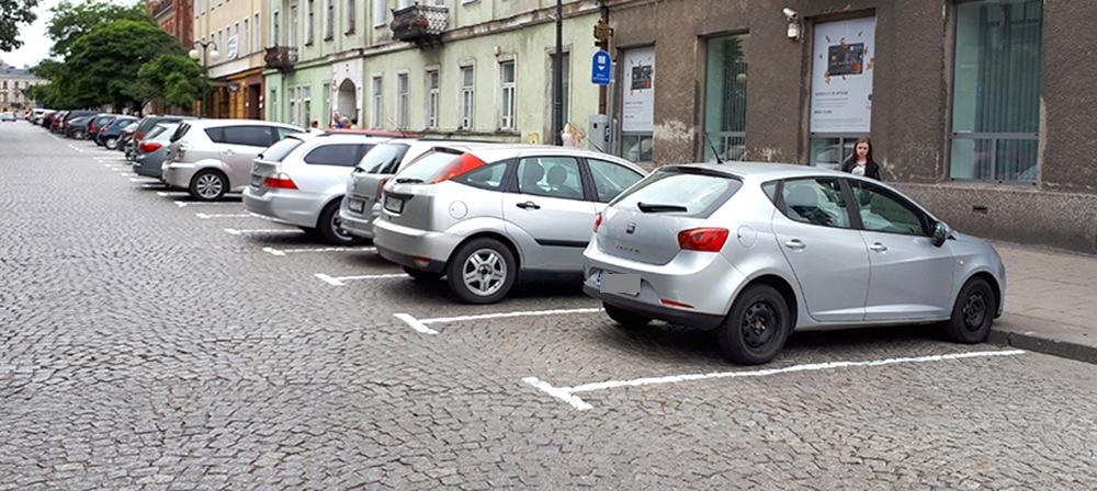 Zaczynają wyznaczać miejsca w strefie płatnego parkowania!
