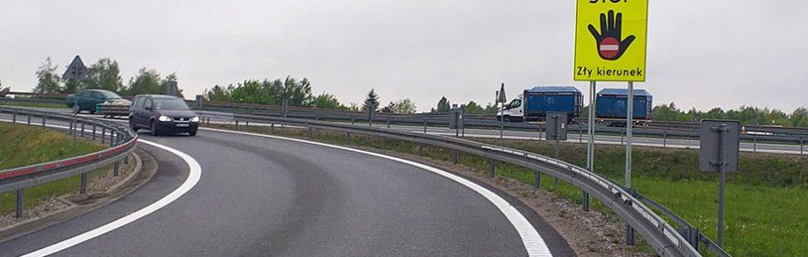 Tablica informacyjna - Stop zły kierunek ustawiona na łącznicy węzła Rzeszów Północ na A4